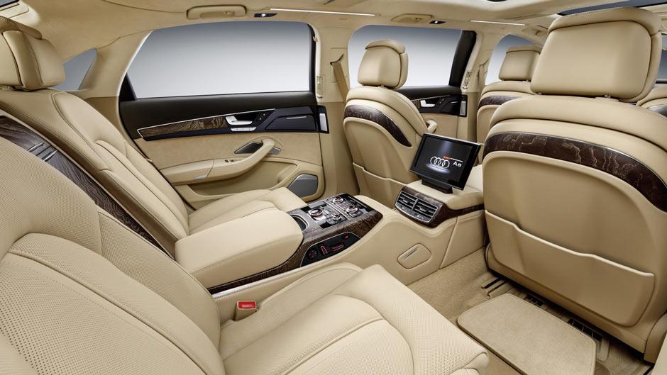 Салон шестидверного лимузина Audi Giant Six-Door A8