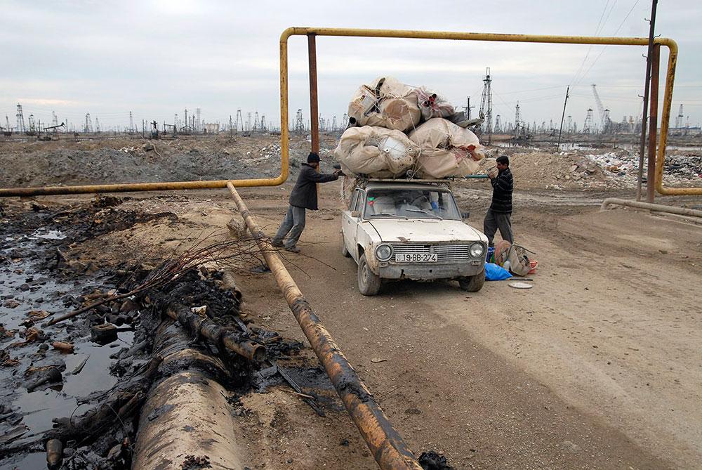 Баку, Азербайджан. Люди собирают отходы и грузят на крышу ВАЗ-2101
