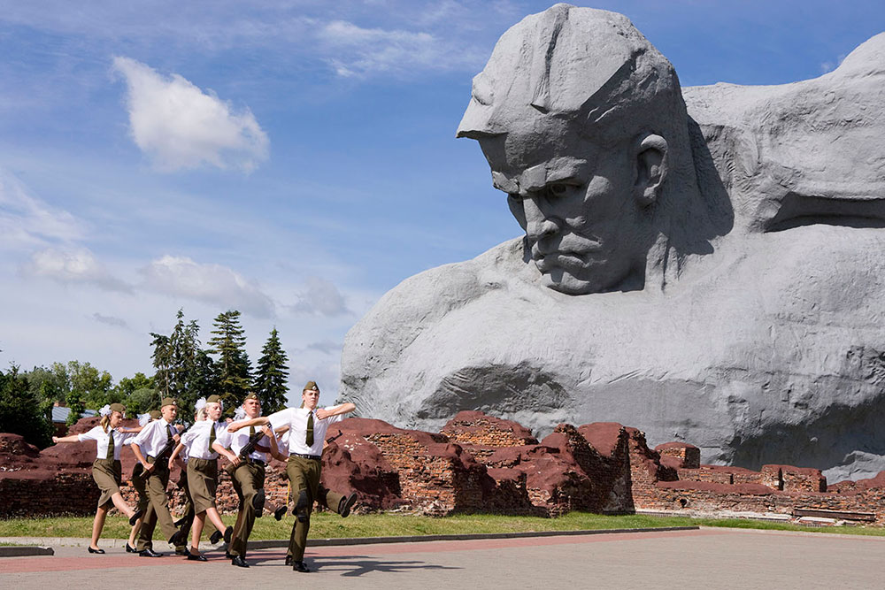 Брест, Беларусь. Молодежь марширует у памятника защитникам Брестской крепости