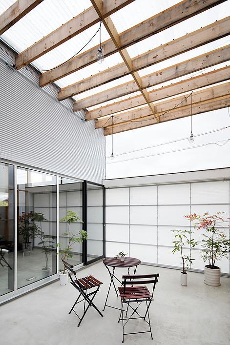 Дом с прозрачным гаражом-террасой в Японии, терасса