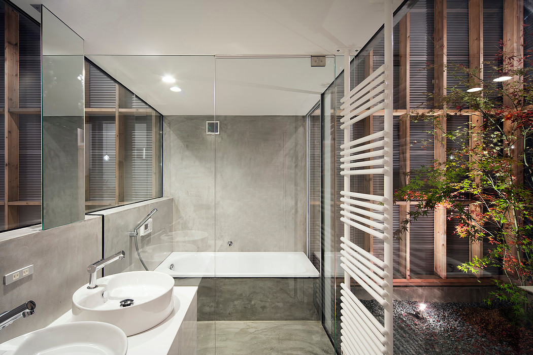 Дом с прозрачным гаражом-террасой в Японии, ванная комната