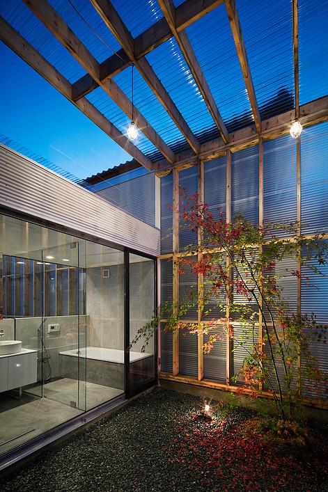 Дом с прозрачным гаражом-террасой в Японии, патио