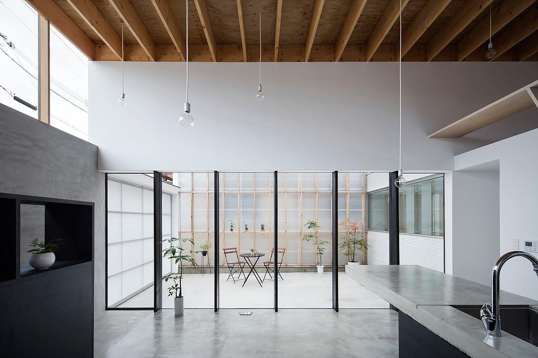 Дом с прозрачным гаражом-террасой в Японии, вид из гостиной