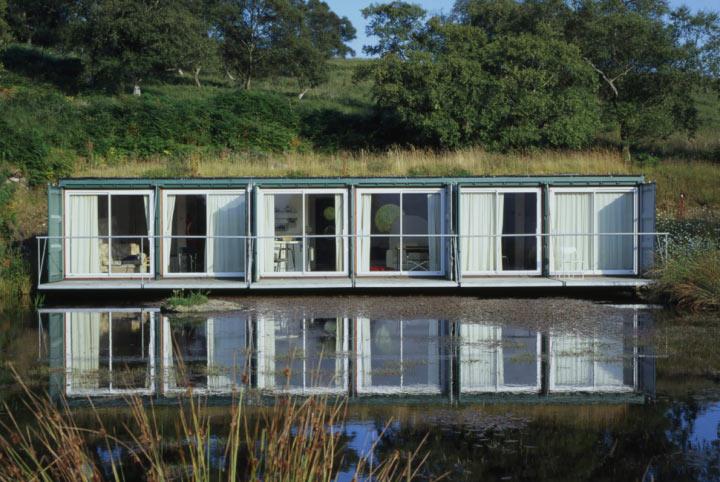 Дом на озере из шести контейнеров