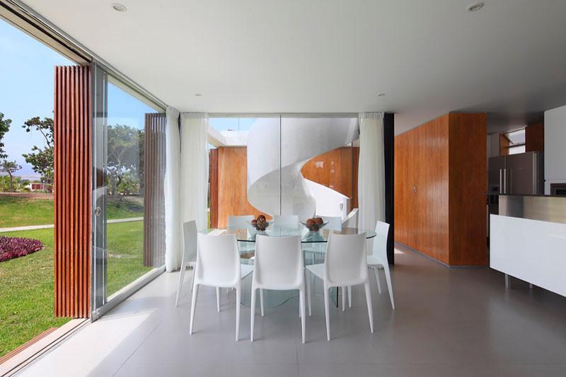 Столовая с панорамными окнами от пола до потолка