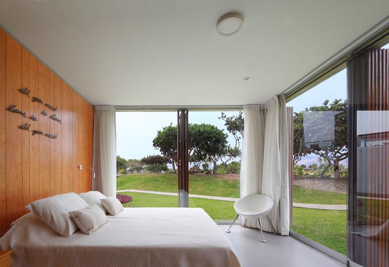 Спальня с панорамными окнами от пола до потолка