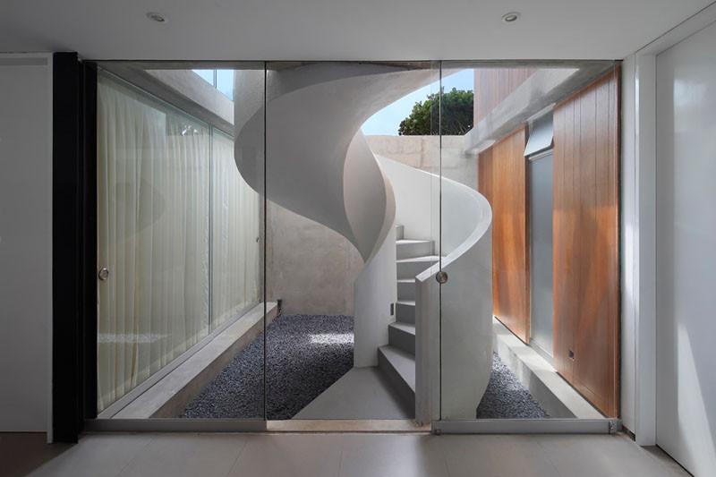 Винтовая лестница в доме в Перу, архитектор Хорхе Марсино Прадо