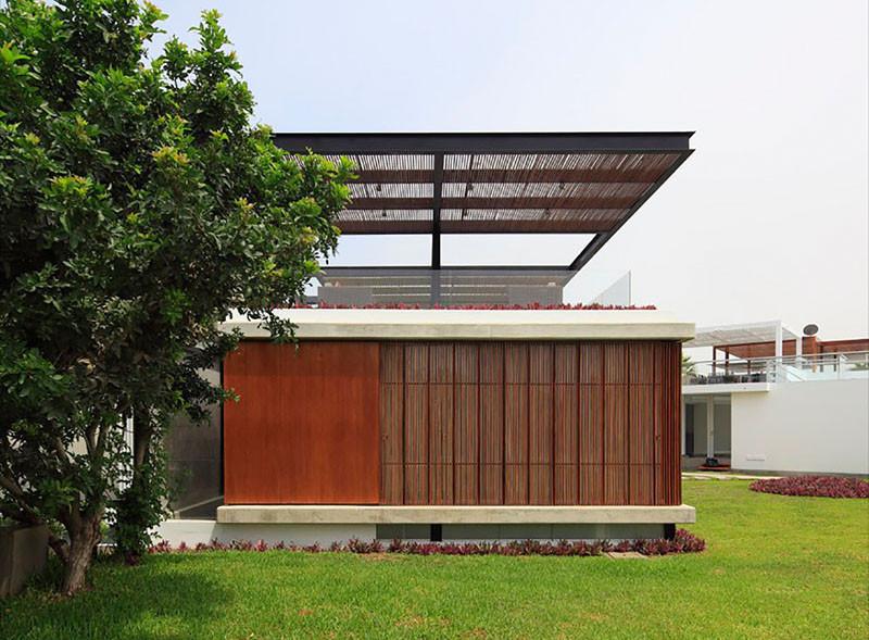 Дом в Перу с винтовой лестницей и террасой для развлечений на крыше, архитектор Хорхе Марсино Прадо
