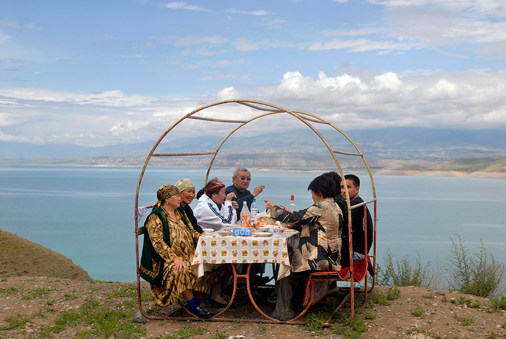Токтогул, Кыргызстан, Киргизия. Старики за столом