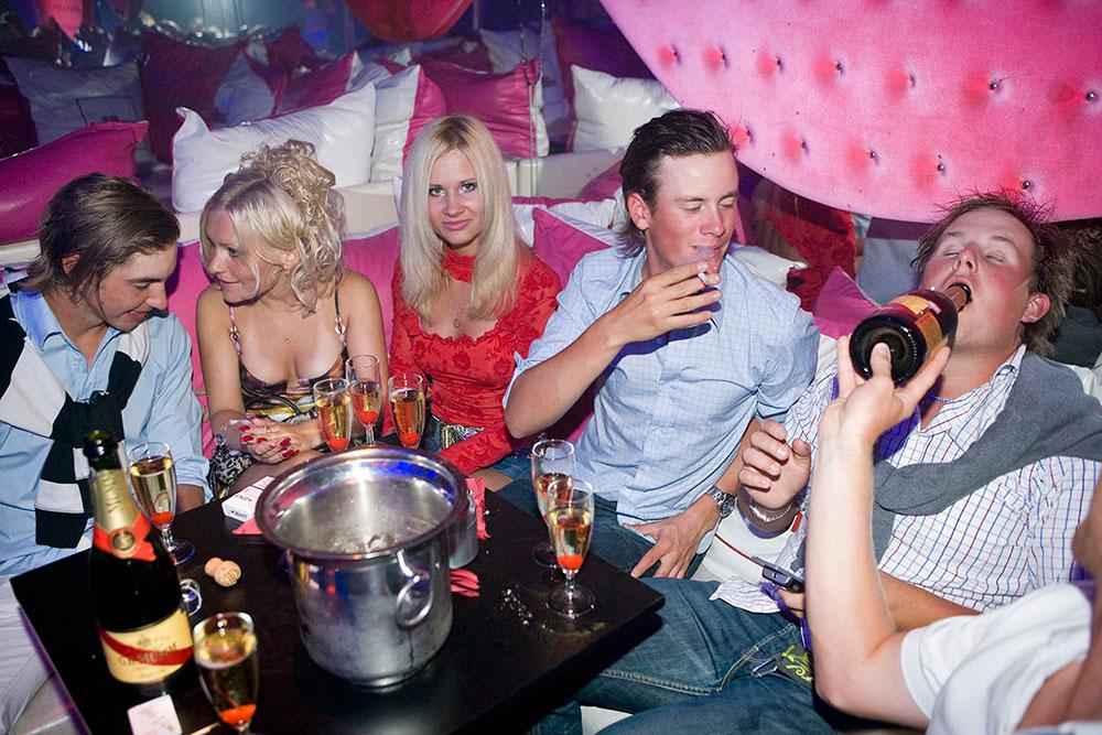 Рига, Латвийская молодежь пьянствует в клубе