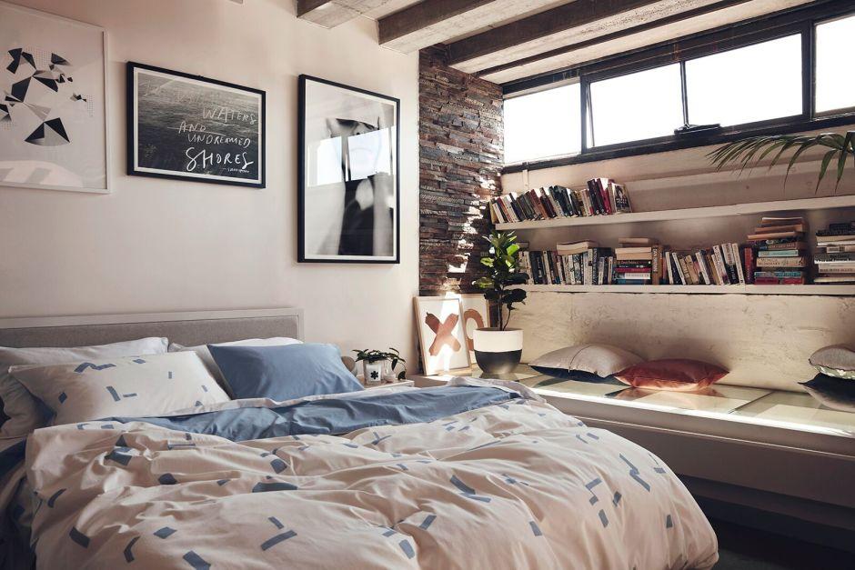 Спальня с книжными полками