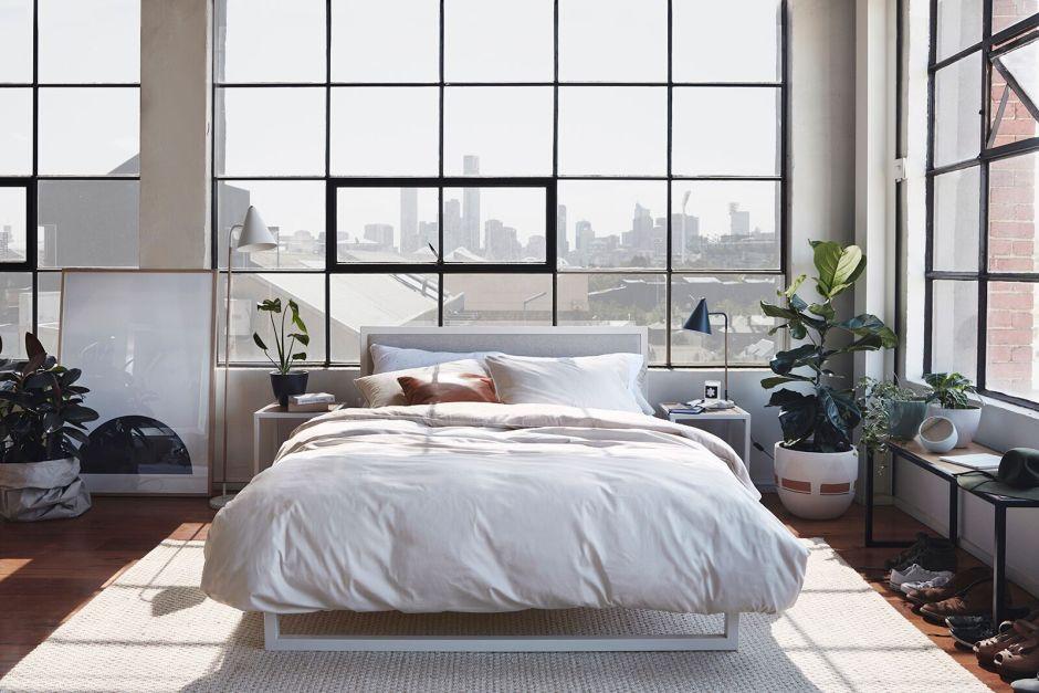 Жизнь в лофте, спальня с большими окнами