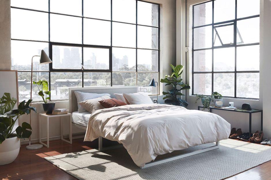 Жизнь в лофте. Спальня с большими окнами