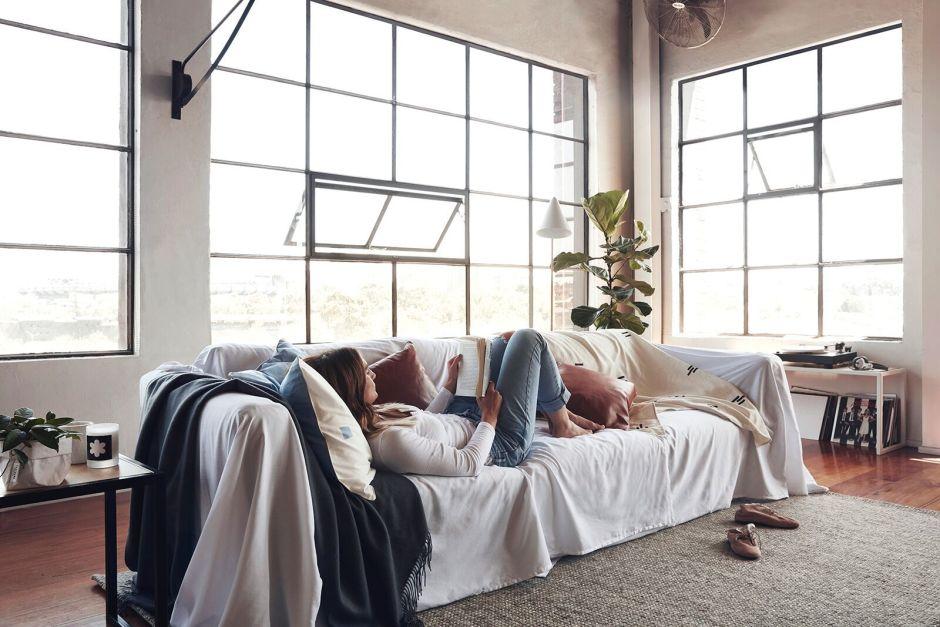 Стильный лофт, просторная гостиная с большими окнами в Австралии