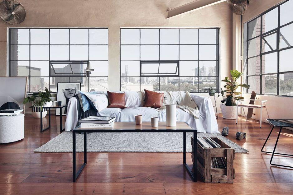 Стильный лофт, просторная гостиная с большими окнами