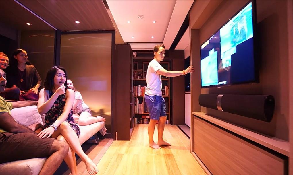 Мини-дом-трансформер, гости смотрят телевизор