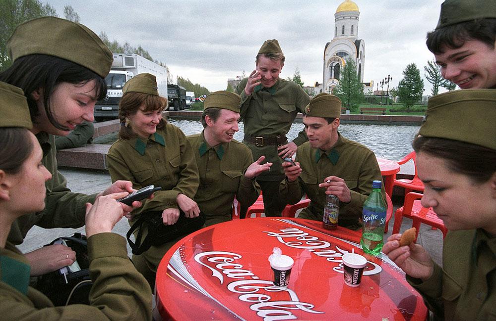 Москва, Россия. Молодежь в военной форме времен ВОВ