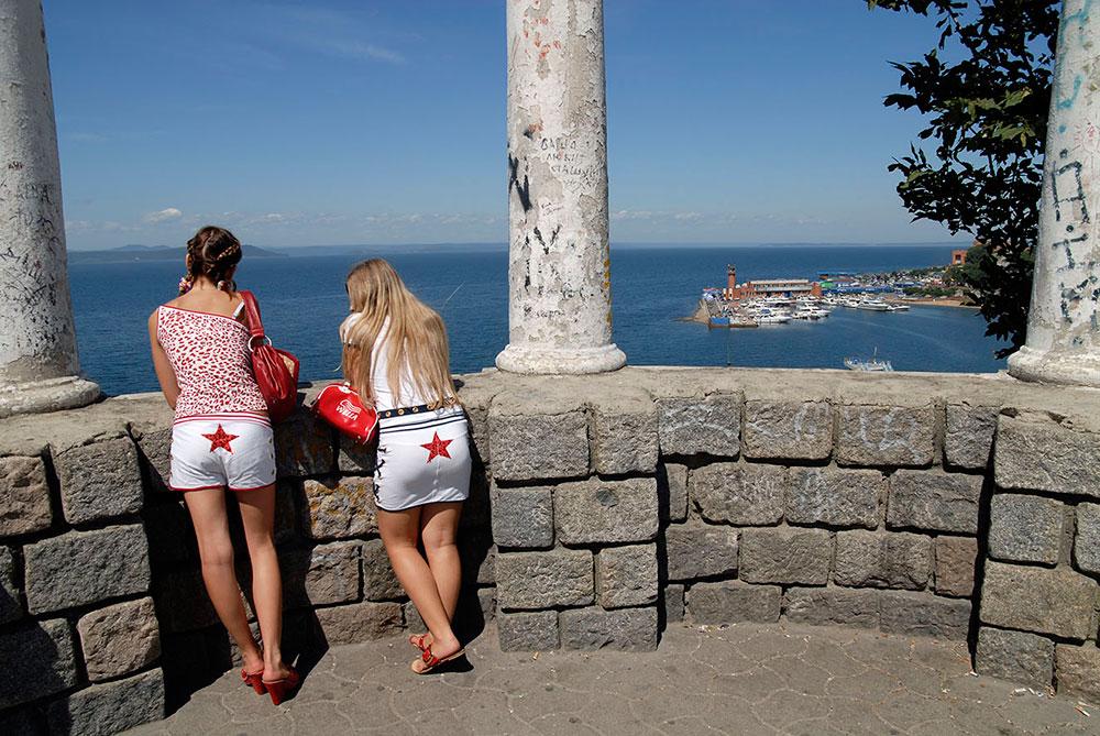 Владивосток, Россия. Девушки со звездами на задницах. Вид на Спортивную гавань