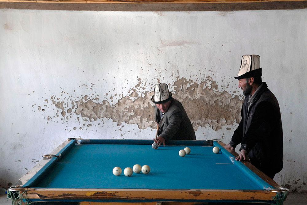 Мургаб, Таджикистан. Мужчины играют в бильярд