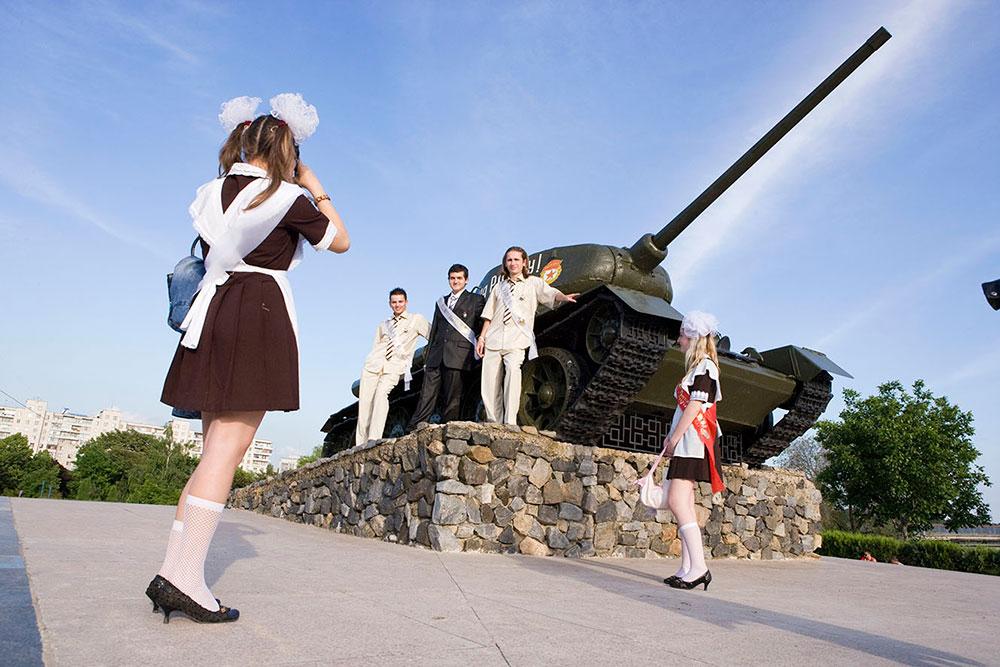 Тирасполь, Приднестровье. Выпускники фотографируются у танка