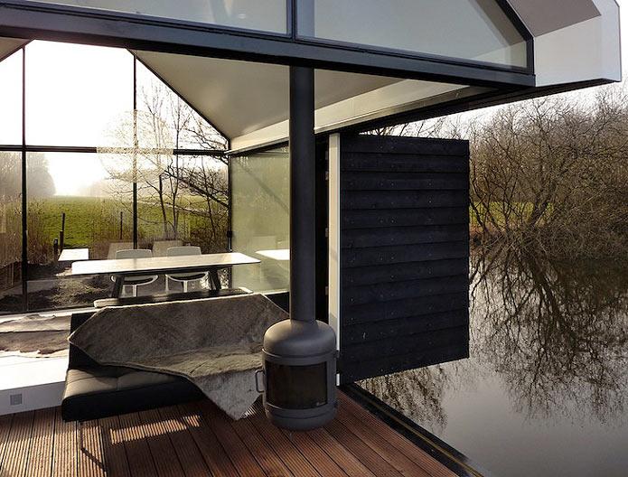 Мини-дом с раздвижным фасадом на озере в Голландии