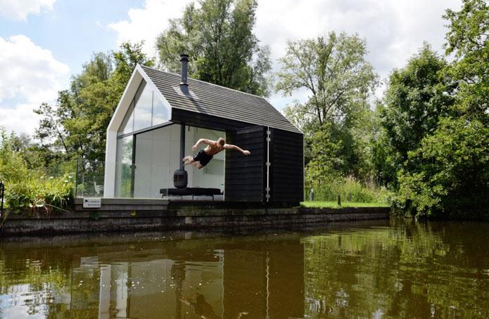 Мини-дом на озере в Голландии сливается с пейзажем