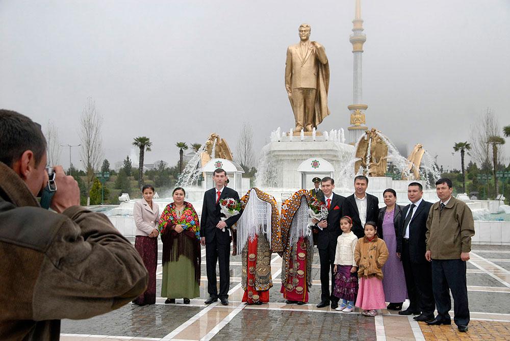 Ашхабад, Туркменистан. Молодожены фотографируются