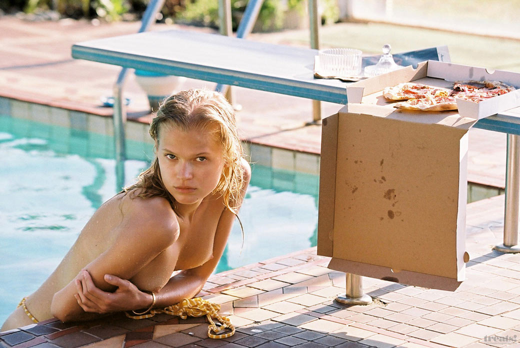 Вита Сидоркина с голой грудью в бассейне