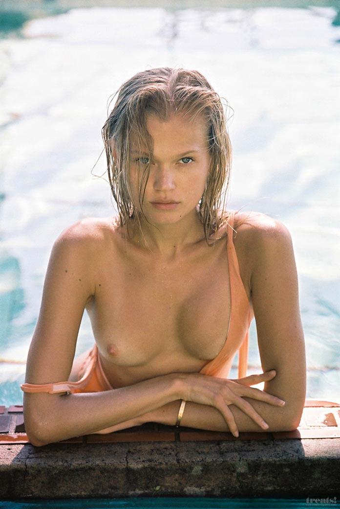 Вита Сидоркина с голой грудью в бассейне для журнала Treats! Magazine