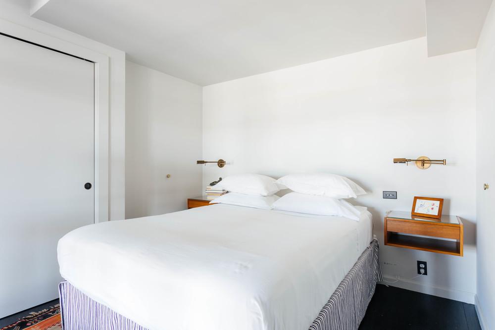 Белоснежная спальня в нью-йоркском лофте