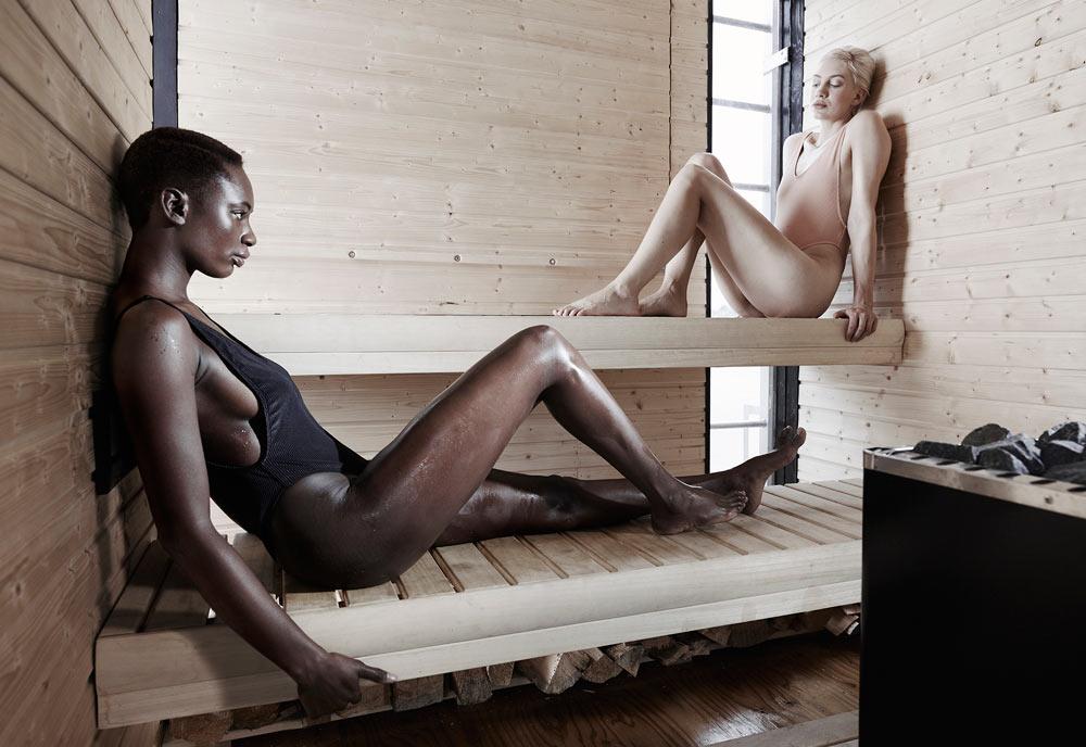 wa_sauna - плавающая сауна от goCstudio, девушки в бикини расслабляются в сауне