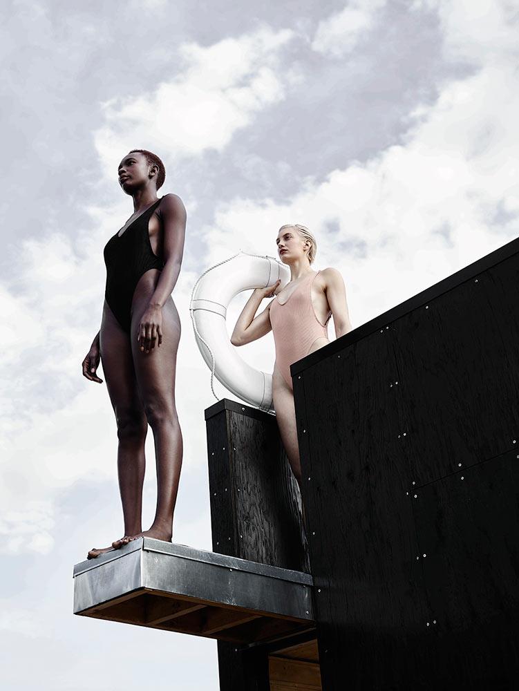 wa_sauna - плавающая сауна от goCstudio, девушки в бикини на озере