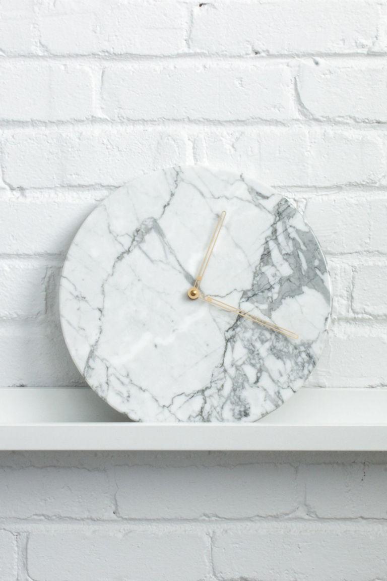 Мраморные детали в доме, часы с мраморным циферблатом