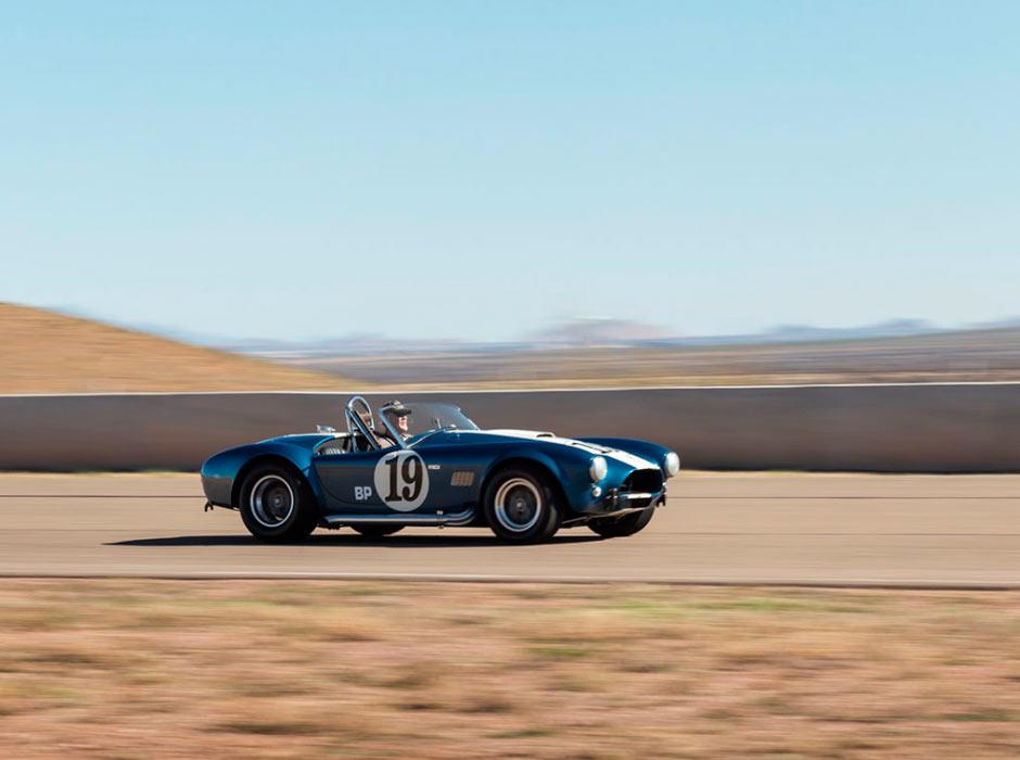 Shelby Cobra 289 CSX 2326 1964 года на треке