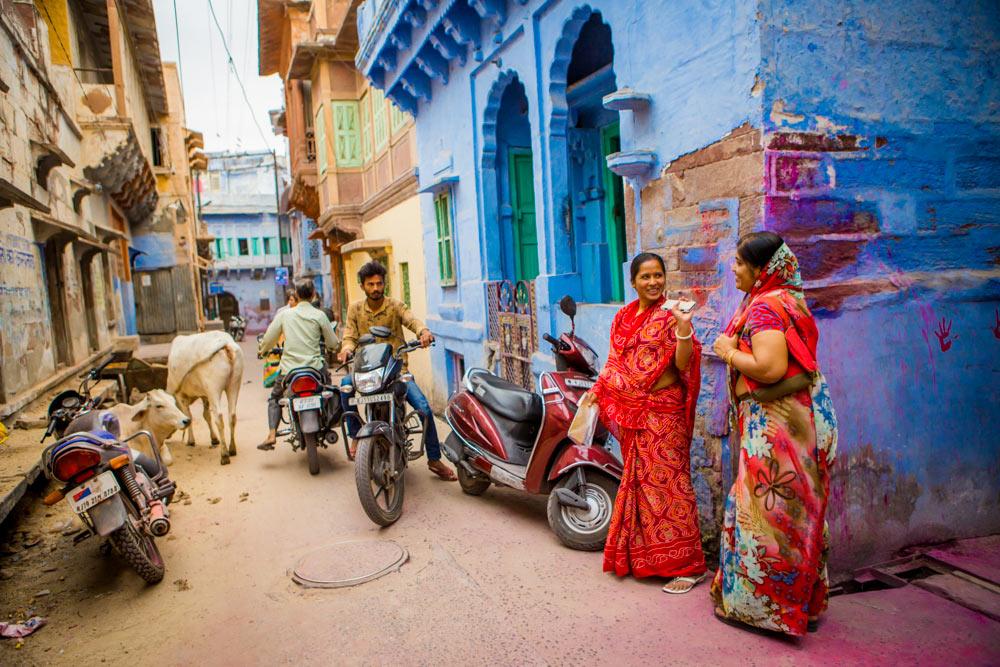 Улицы Джодхпура, девушки в сари, мужчина на мотоцикле