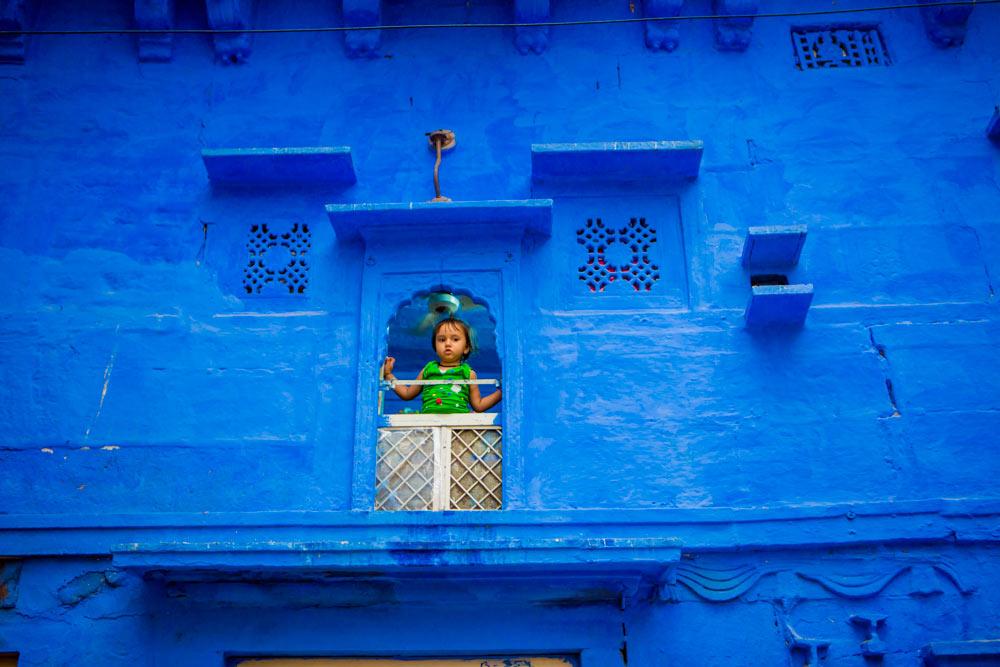 Ребенок выглядывает из окна в Джодхпуре