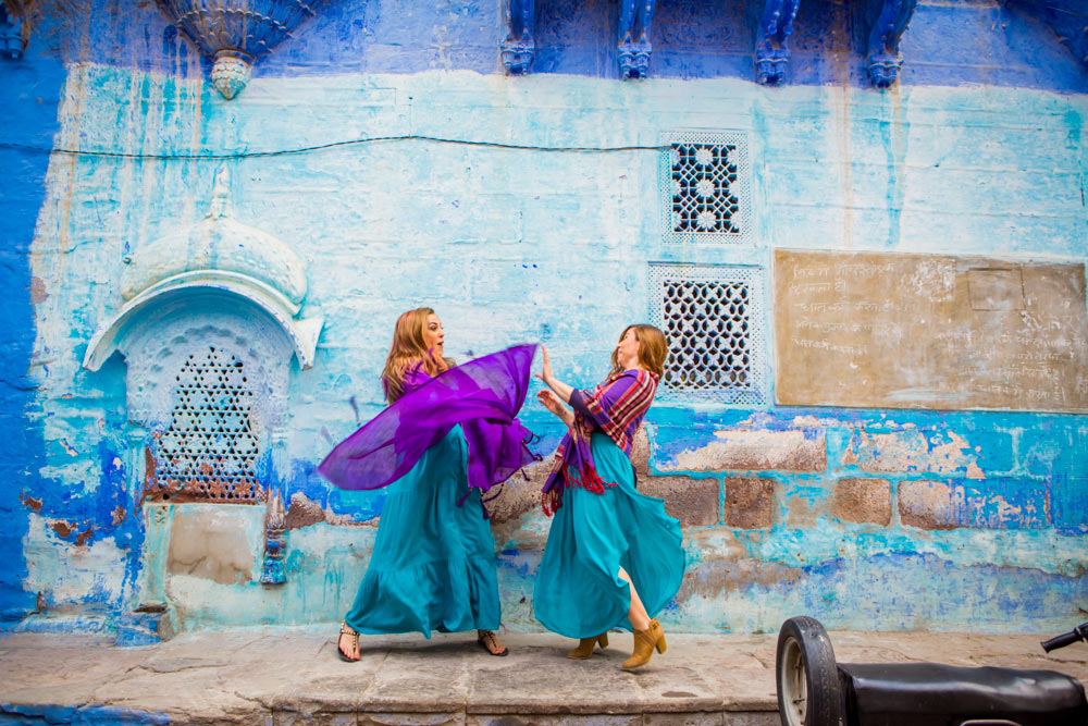 Девушки танцуют на улице Джодхпура