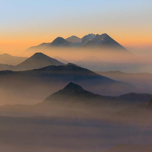 Туманный рассвет в национальном парке Гласье