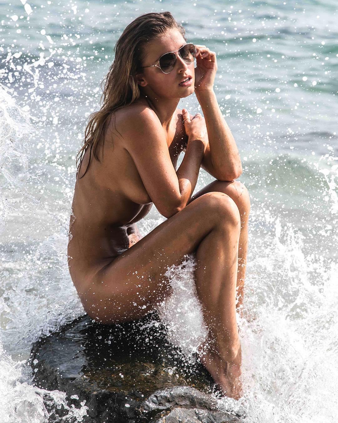 Мариса Папен голая на пляже