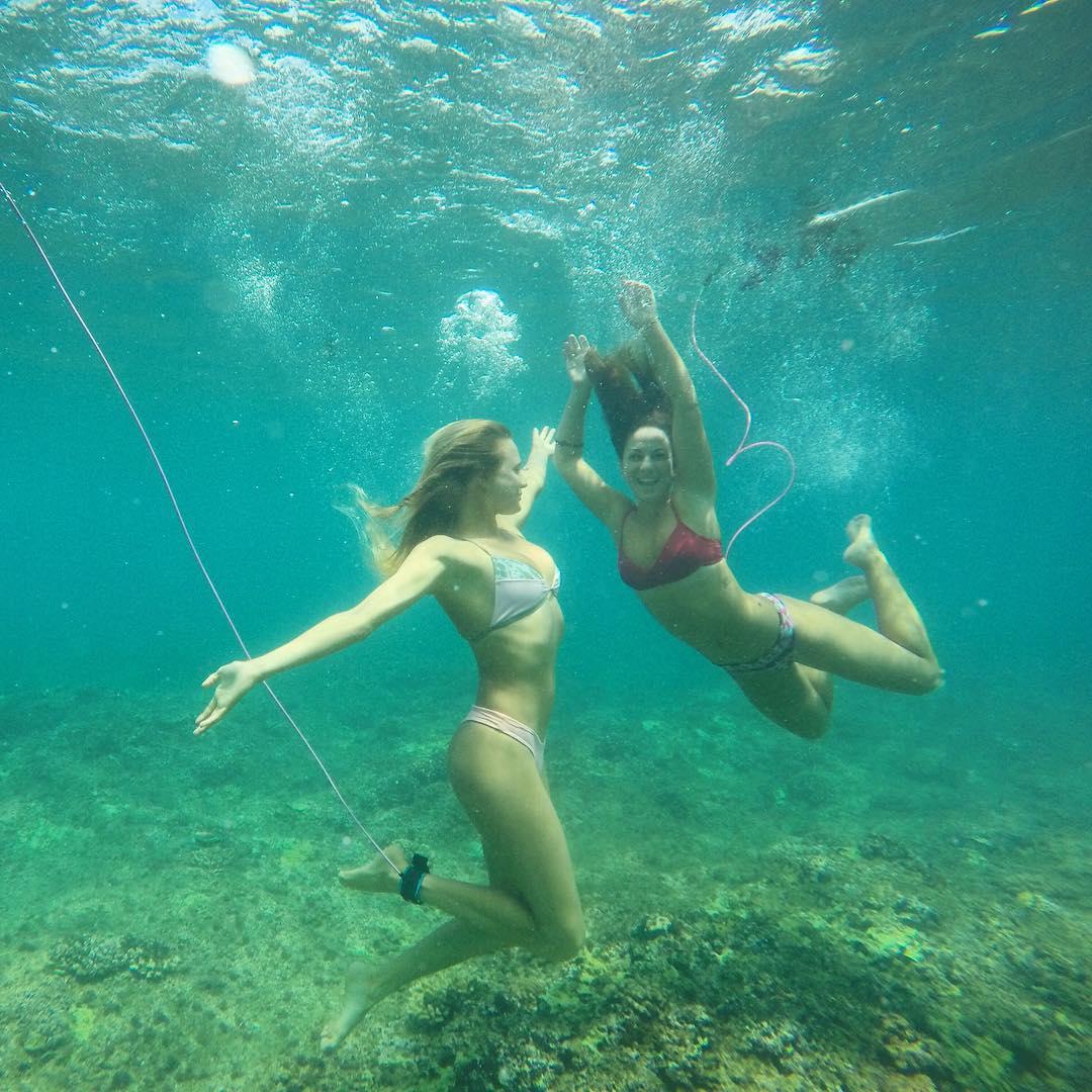 Гавайские девушки в бикини под водой