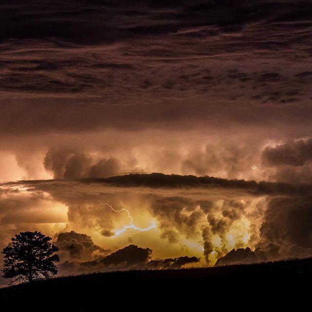 Гроза в национальном парке WindCave, штат Южная Дакота, США