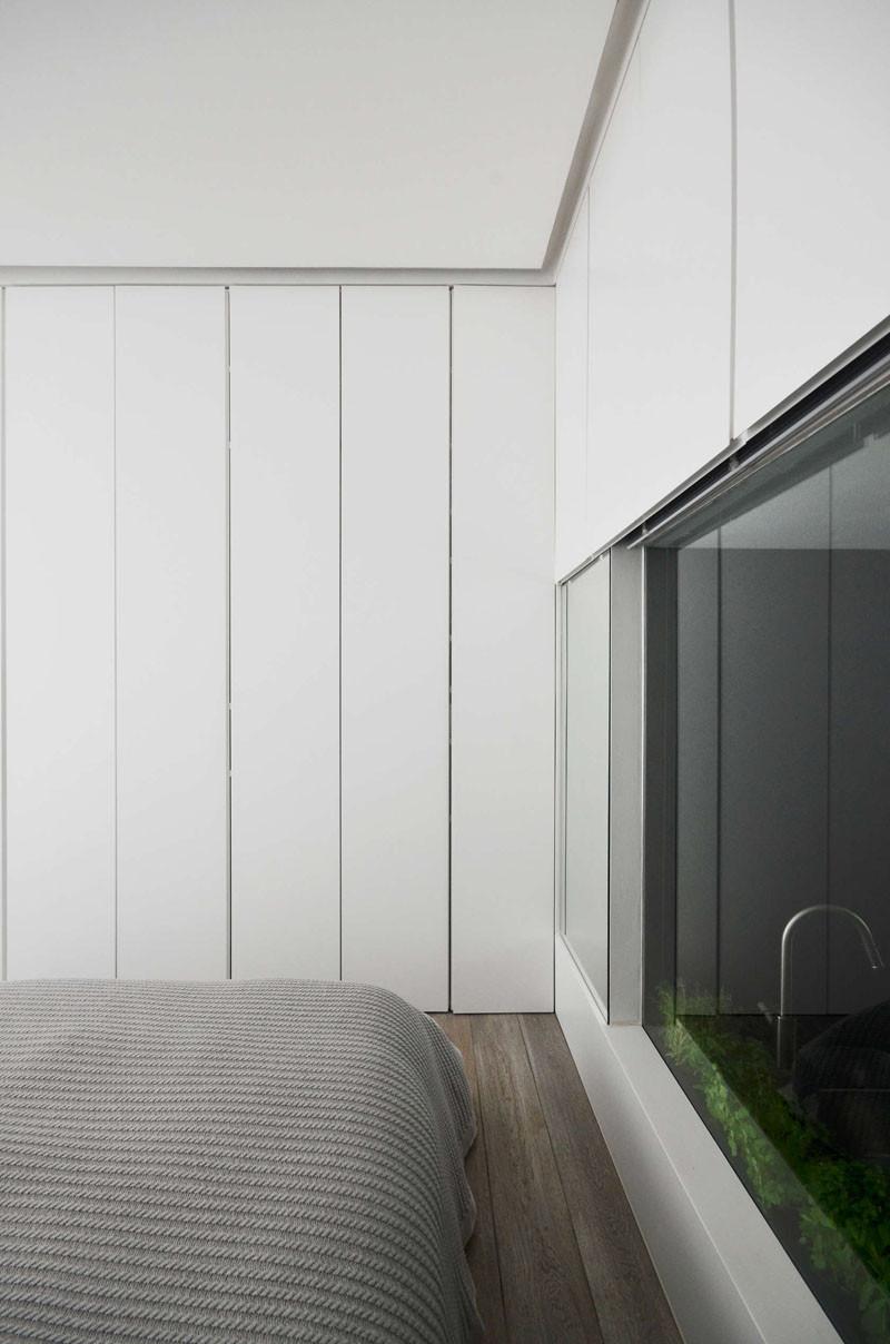 Окно из спальни в гостиную в лондонской квартире