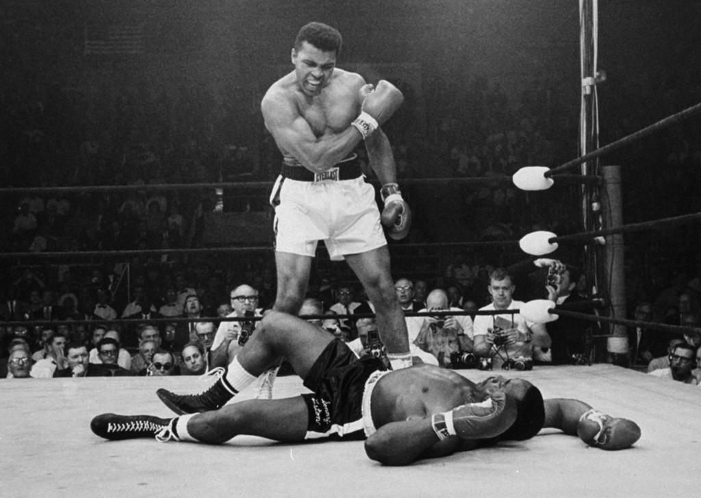 Мохаммед Али над упавшим от удара правой в челюсть предендентом на звание чемпиона Сонни Листоном