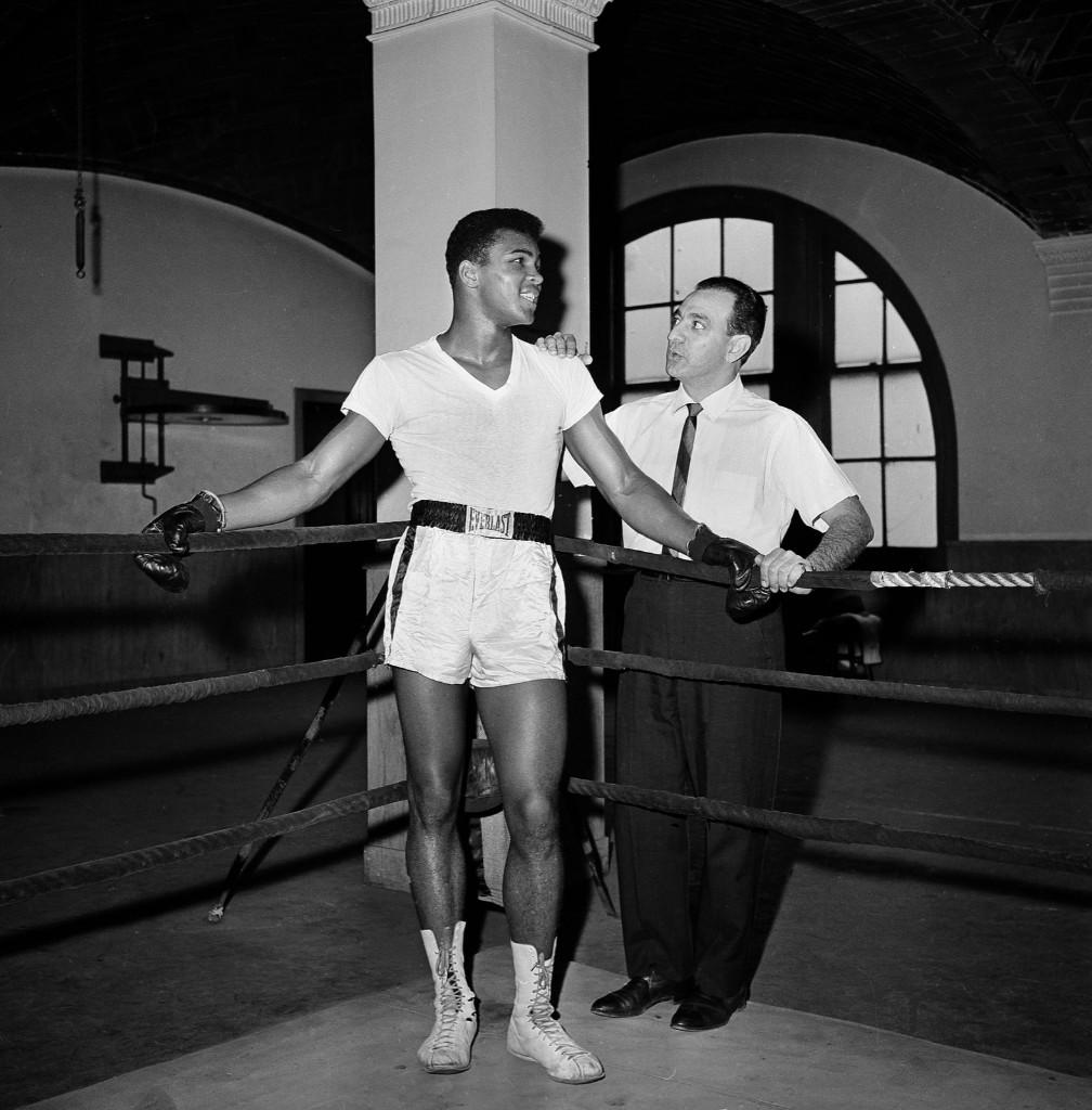 Кассиус Клей с тренером Анжело Данди в зале городского парка в Нью-Йорке. 8 февраля 1962 г.