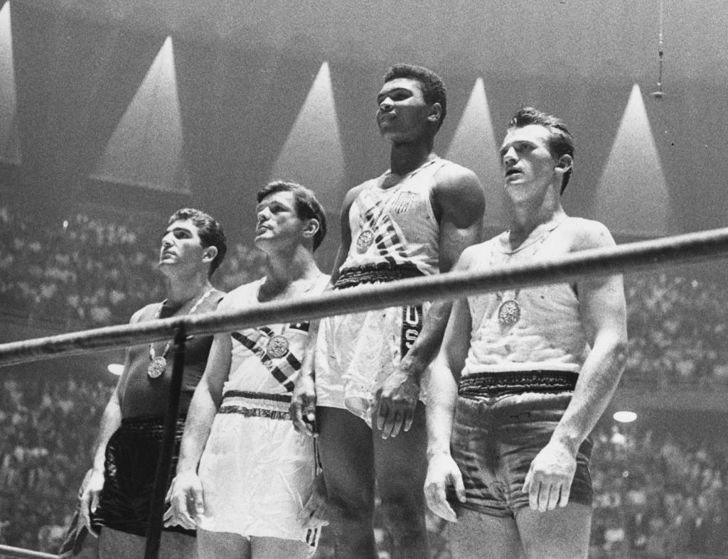 Кассиус Клей после получения золотой медали на Олимпийских играх в Риме 1960 года