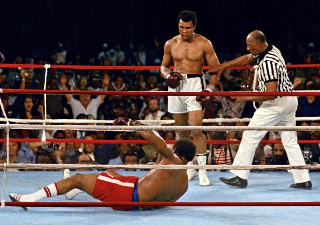 Мохаммед Али нокаутировал Джорджа Формана во время боя в Киншасе, Заир. 30 октября 1974 г