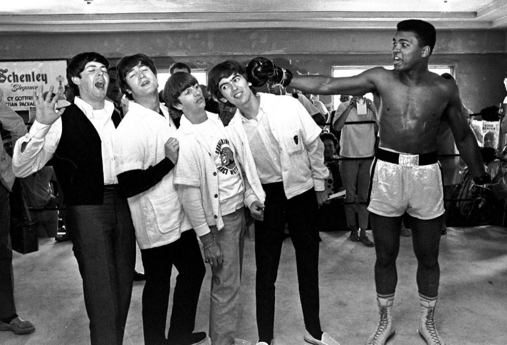 Участники группы Битлз: Джон Леннон, Пол МакКартни, Ринго Старр и Джордж Харрисон получают шуточный удар от Кассиуса Клея