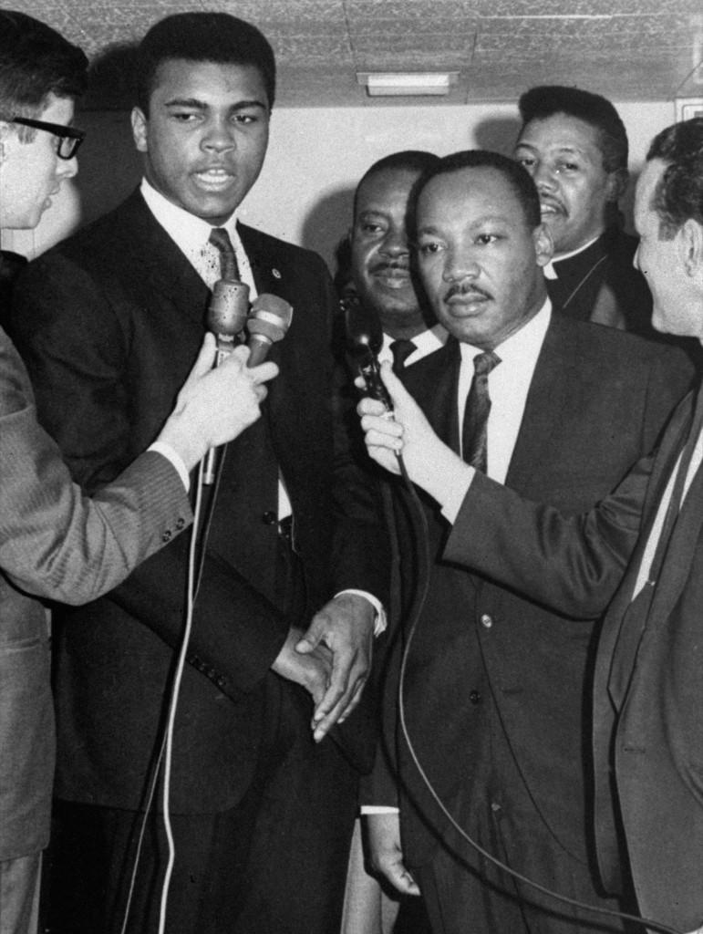 Мохаммед Али и доктор Мартин Лютер Кинг общаются с журналистами в Луисвилле