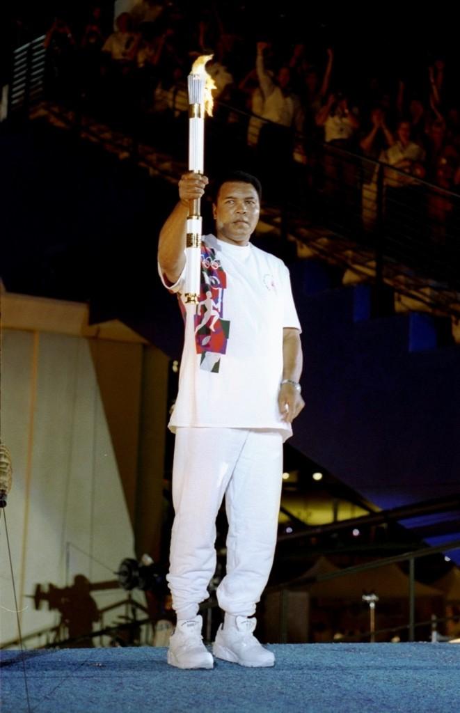 Мохаммед Али с факелом перед зажжением Олимпийского огня во время церемонии открытия Олимпийских игр в Атланте 1966 года