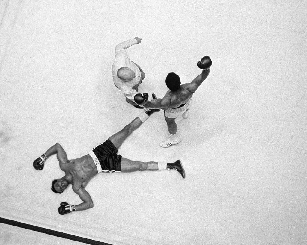 Кливленд Уильямс распластался на ринге, рефери посылает Али в угол во время боя в Хьюстоне, 14 ноября 1966 г